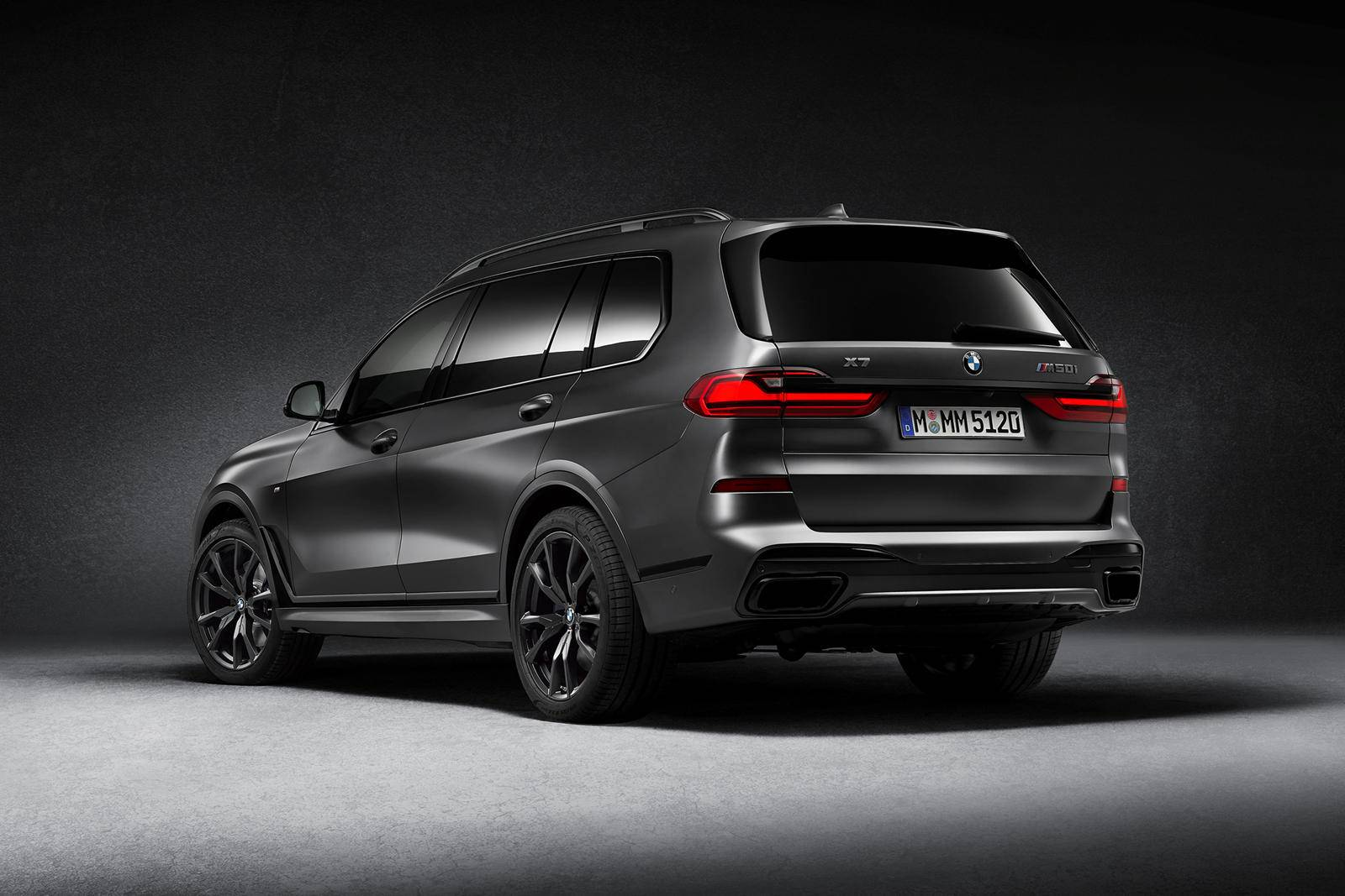 BMW X7 Dark Shadow Edition hátulról